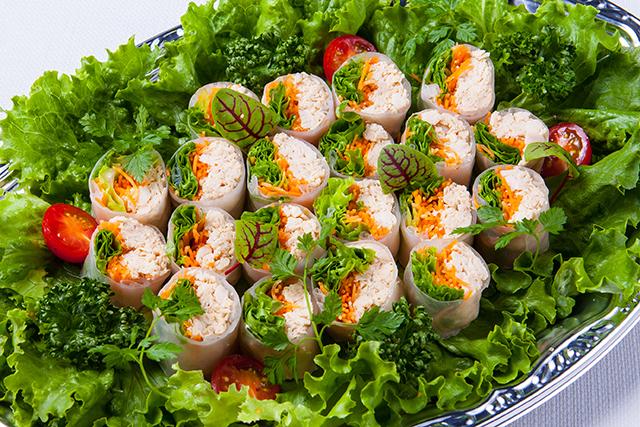蒸し鶏と彩り野菜の生春巻き〜白ゴマのソース〜画像