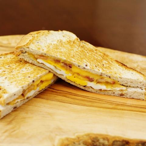 グリルドベーコンエッグサンドイッチ画像