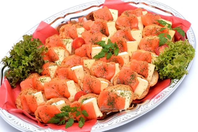 スモークサーモンとブリーチーズのカナッペ画像