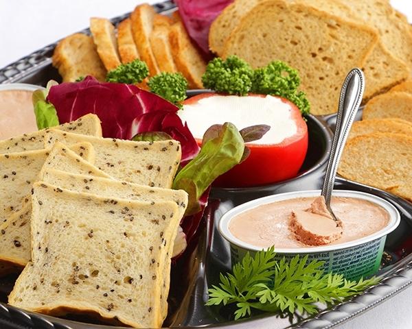 クリームチーズとフォアグラパテの天然酵母パン添え画像