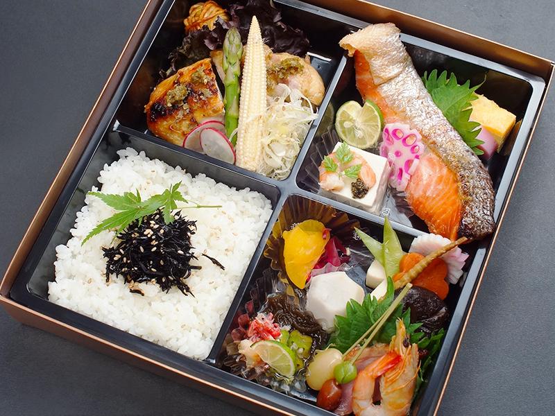 九州鶏の柚子こしょう焼きと厳選鮭の塩焼きの幕の内弁当画像